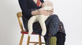 Madre Amamantando a su Bebé. Figura en Crochet.