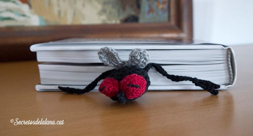 mosca marcapaginas amigurumi-otakulandia.es